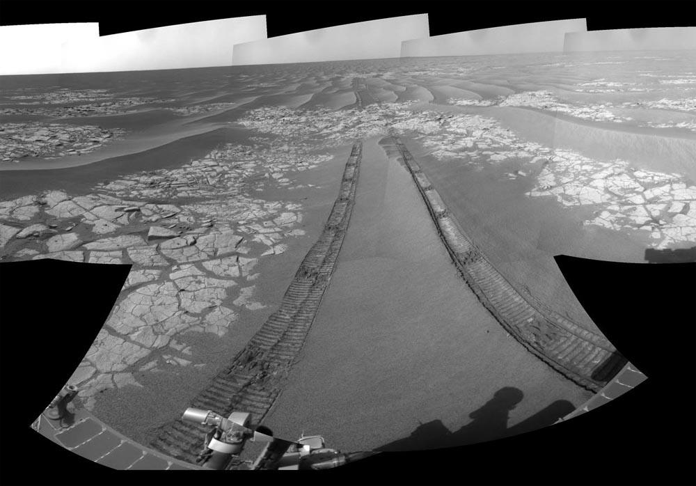 Opportunity passe à côté d'affleurements visibles sous les dunes