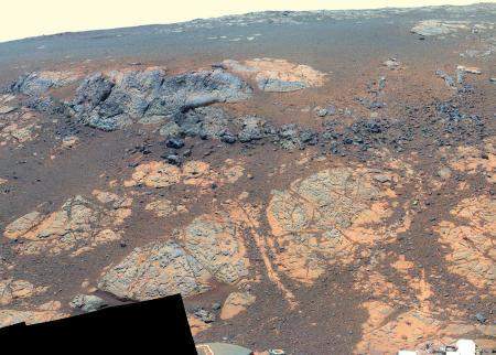 Gros plan sur Copper Cliff (rocher gris-bleu de brèche d'impact basaltique) surmontant la formation Matijevic