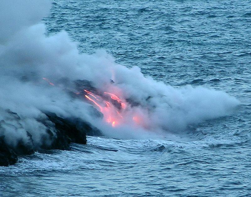 une analogie actuelle d'un site océanique où aurait pu avoir eu lieu une organo-synthèse ancienne active, là où de l'eau réagit avec de l'olivine chaude, présente dans ces basaltes d'Hawaï