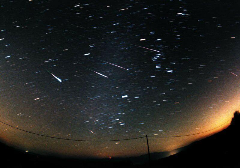Quatre étoiles filantes (léonides de 1998) depuis Monteromano, Italie