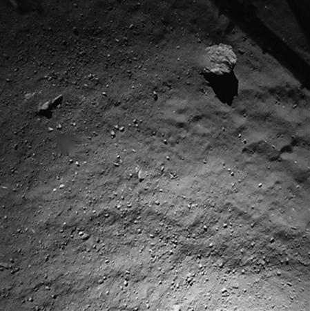 Le sol de la comète vu par Philae (caméra ROLIS) depuis 40m d'altitude, une quarantaine de secondes avant l'atterrissage (Philae avance à environ 95cm/s = 3,4km/h)