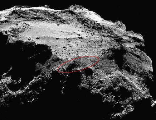 """Mosaïque de deux images OSIRIS (prises le 13 décembre 2014 depuis 18km de la surface) montrant la zone où est très probablement """"caché"""" Philae (ellipse rouge)"""