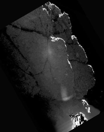 """Vue sur l'autre paroi du """"trou"""" où est coincé Philae, paroi à l'ombre et photographiée à contre-jour"""