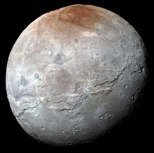 Image globale de Charon en fausses couleurs