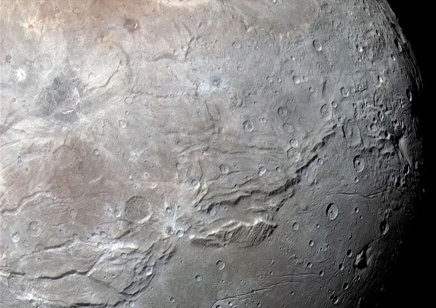 Charon, zoom sur Serenity Chasma