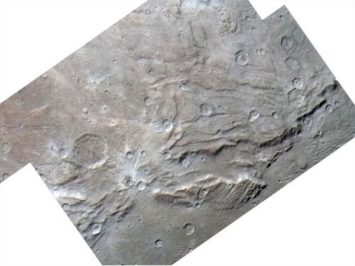 Gros plan sur le milieu de Serenity Chasma, Charon
