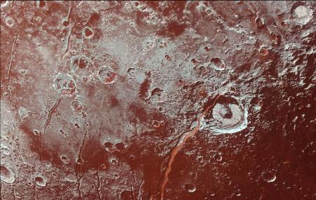 Détail de la région du cratère Eliot (centre droit de l'image) et de Virgil Fossa qui le recoupe dans Cthulhu Regio