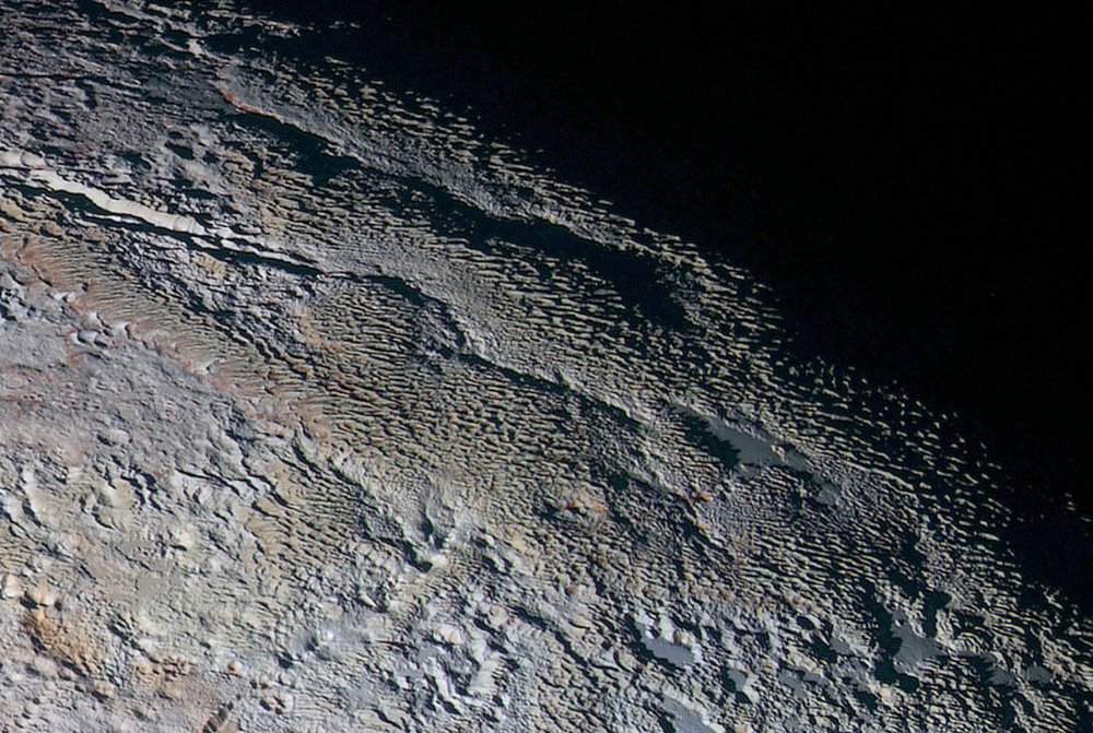 Vue de détail de Tartarus Dorsa (en haut à droite de l'image globale de Pluton)