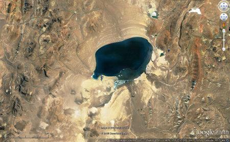 Vue d'un lac tibétain en cours d'assèchement