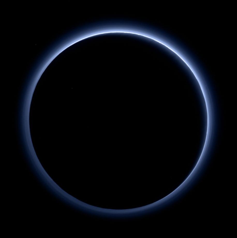 Lumière diffusée par l'atmosphère de Pluton, perçue par New Horizons située dans le cône d'ombre