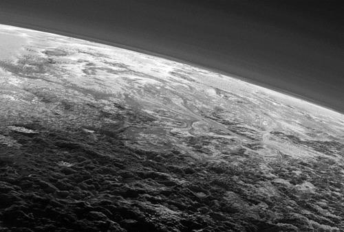 Structures ressemblant à des glaciers, s'écoulant de droite à gauche, vers Sputnik Planum