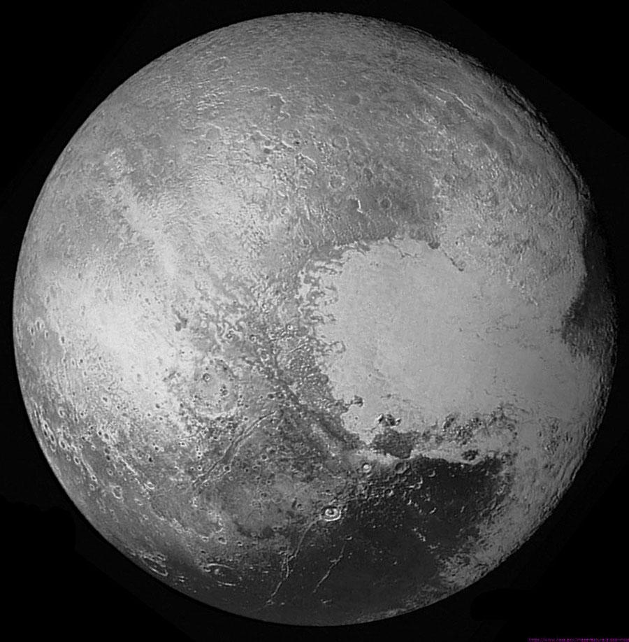 Vue globale en noir et blanc de Pluton photographié depuis 450000km