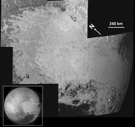 Mosaïque des sept images à haute résolution couvrant Sputnik Planum, la partie Ouest de Tombaugh Regio