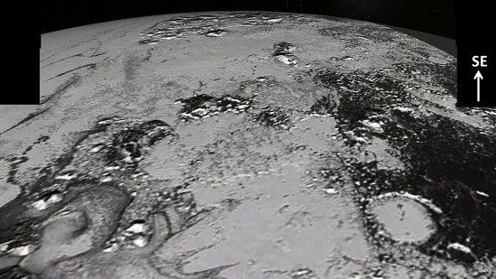 Vue oblique sur la transition entre Sputnik Planum et Cthulhu Regio, le cratère rempli de glace claire, le Sud des Hillary Montes et les Norgay Montes au loin