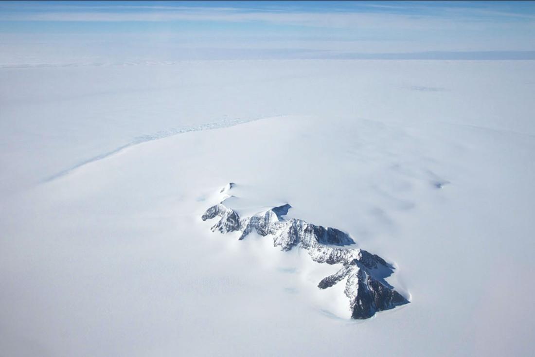 Un nunatak en Antarctique, mot d'origine groenlandaise désignant une montagne rocheuse dépassant d'une calotte glaciaire
