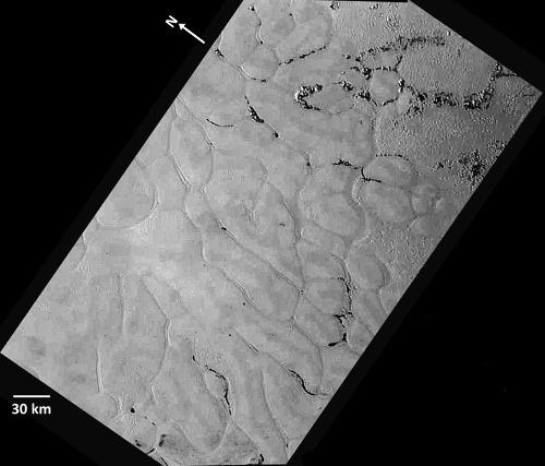 Zoom sur l'étonnante structure polygonale de Sputnik Planum et son contact avec les Hillary Montes
