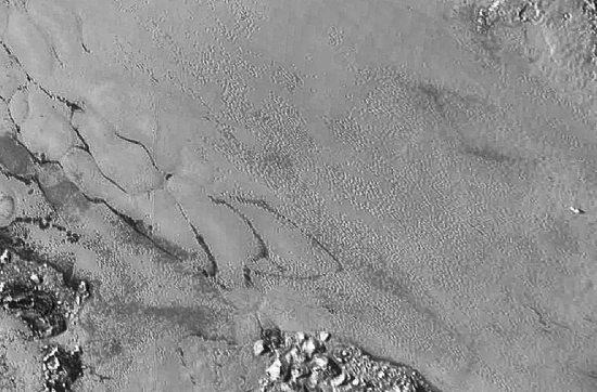 En plus de ces polygones limités par des sillons, la surface de Sputnik Planum est parfois piquetée de puits d'un diamètre kilométrique