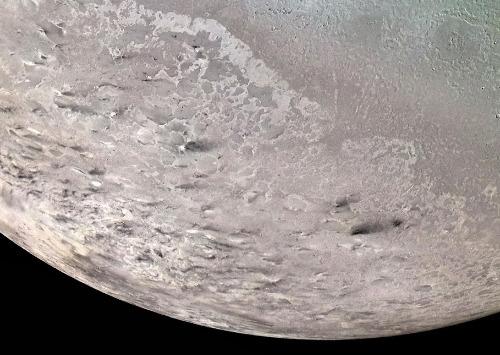 """Possible analogie des traînées sombres orientées de Sputnik Planum: les dépôts sombres des """"geysers"""" de Triton (satellite de Neptune) orientés par les vents"""