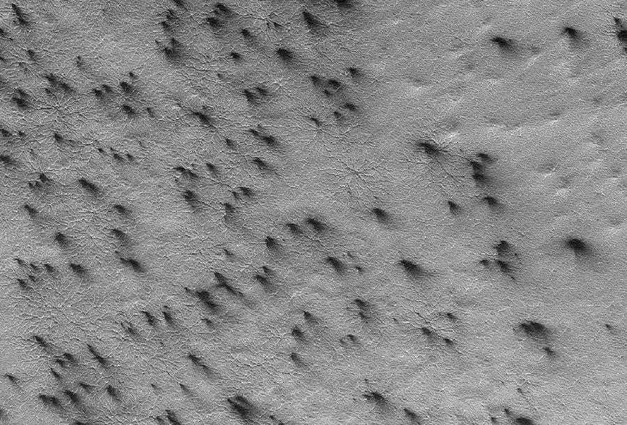 """Possible analogie des traînées sombres orientées de Sputnik Planum: les dépôts sombres des """"geysers"""" de Mars orientés par le vent"""