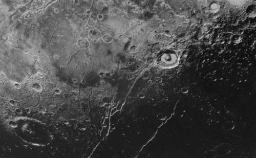 Elliot Crater, Virgil Fossa et ses grabens annexes, Pluton