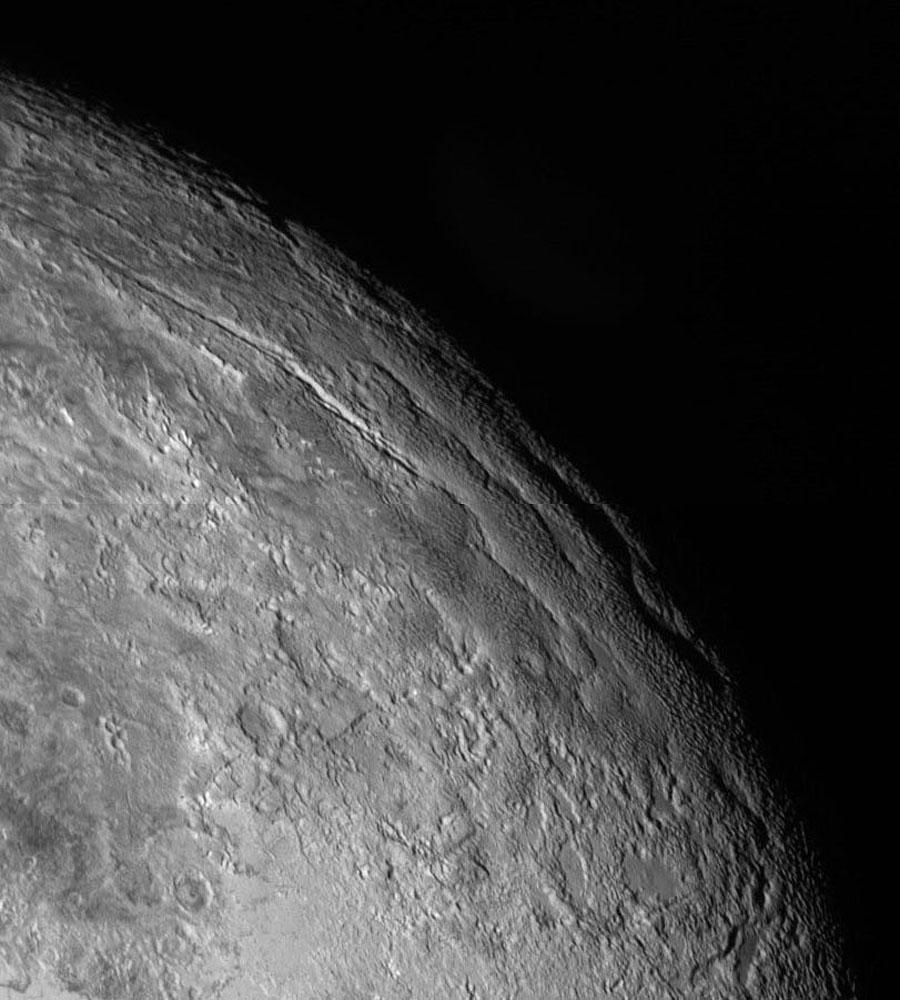 Une étrange morphologie près de l'équateur de Pluton, par 240° de longitude