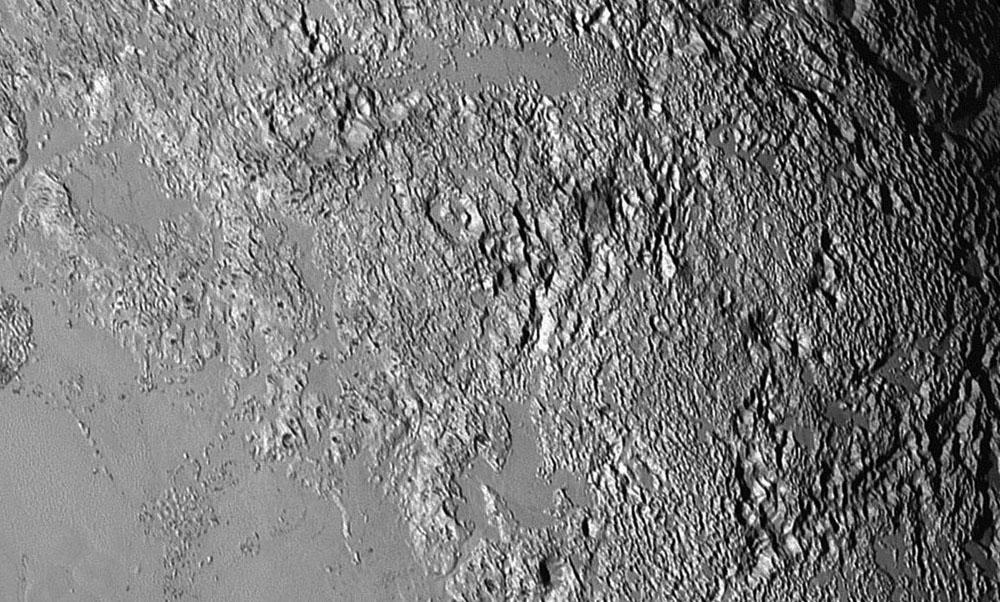 """Zoom sur la surface perforée du """"lobe droit"""" de Tombaugh Regio, Pluton"""