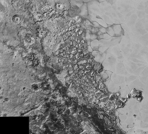 Chaos Regio, à la limite entre Sputnik Planum et les terrains cratérisés de l'Ouest, Pluton