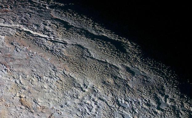 Les terrains en lames (bladed terrains) de Tartarus Dorsa, Pluton