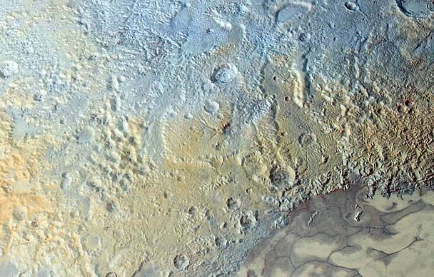 """Région d'environ 450km d'Est en Ouest montrant de nombreuses figures ressemblant à des réseaux """"hydrographiques"""" (doit-on dire nitrographiques?) asséchés à la surface de Pluton"""
