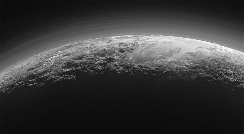 Vue rasante de l'extrémité Sud de Sputnik Planitia bordée à gauche par les Tenznig Montes, montrant la structuration de l'atmosphère de Pluton