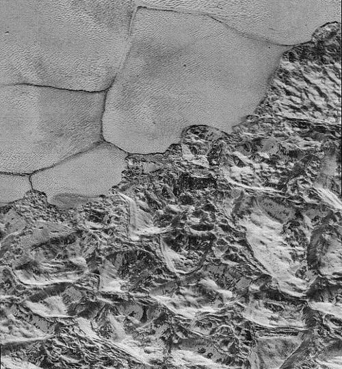 Détail de la limite entre la plaine de Sputnik Planitia et les terrains chaotiques sur Pluton