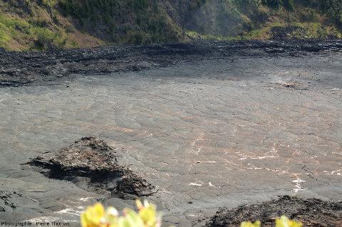 Surface refroidie d'un lac de lave à Hawaii (Kilauea Iki), une analogie miniature de Sputnik Planitia