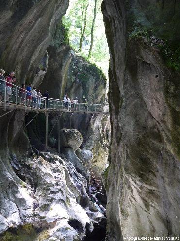 Vue des Gorges du Pont du Diable, brève et étroite entaille verticale creusée par l'eau dans les calcaires massifs du Jurassique supérieur du Chablais, au niveau de leur entrée amont