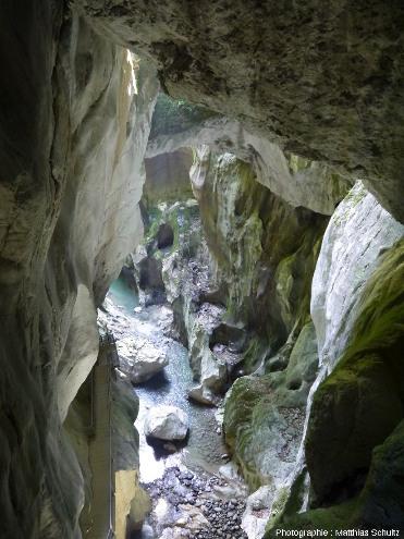 Aperçu en plongée des Gorges du Pont du Diable, brève et étroite entaille verticale creusée par l'eau dans les calcaires massifs du Jurassique supérieur (Malm) du Chablais