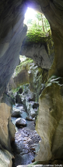 Vue générale des Gorges du Pont du Diable, brève et étroite entaille verticale creusée par l'eau dans les calcaires massifs du Jurassique supérieur (Malm) du Chablais, fermée localement par plusieurs gros bloc