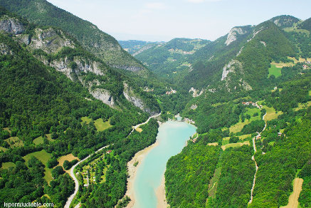 Vue aérienne de la vallée de la Dranse de Morzine depuis l'amont des Gorges du Pont du Diable, La Vernaz, Haute-Savoie