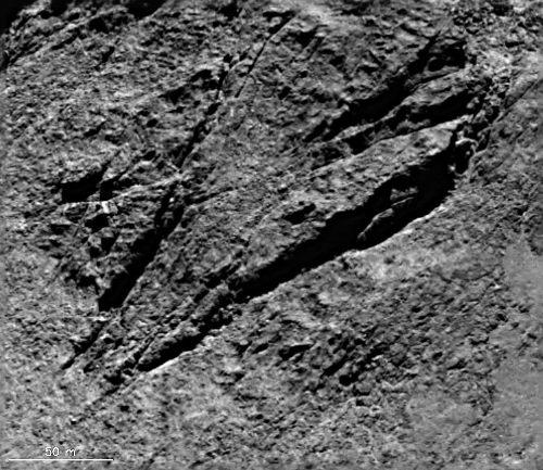 Affleurements de matériel consolidé intensément fracturé à la surface de Chury