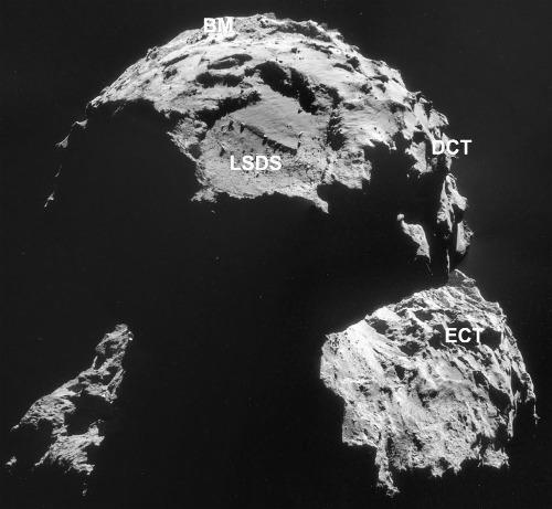 Mosaïque d'image prises le 6 novembre 2014 montrant une partie du petit lobe, avec des surfaces consolidées exposées (ECS), des terrains cassants (BM), des terrains recouverts de poussière (DCT) et une dépression de grande taille (LSDS)