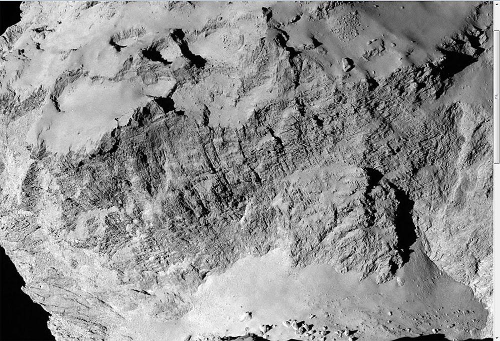 Zoom sur le haut de la falaise Hathor, montrant en détail la double structuration figurée, en rouge et vert, sur la figure précédente