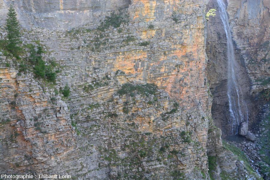 Débit en blocs cubiques sur les falaises des barres calcaires de Roya