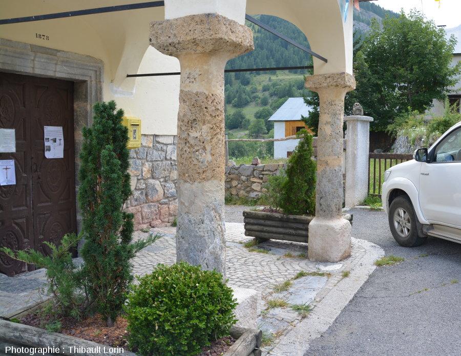 Piliers avec cargneule de l'église de Roya, commune de Saint-Etienne-de-Tinée (Alpes-Maritimes)