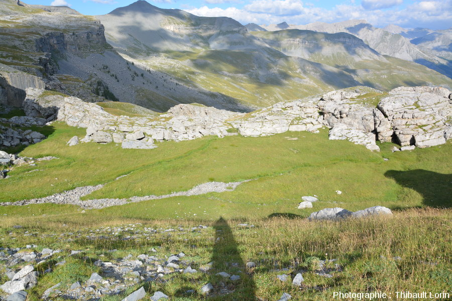 Pertes en amont de la falaise de calcaire tithonien, karst de Crousette