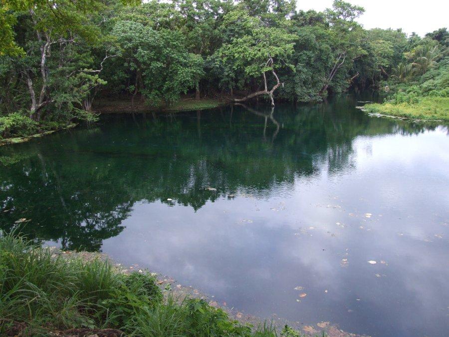 Un trou bleu sur l'île de Santo