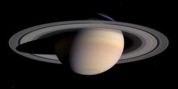Photographie de Saturne (d= 120000km) et de ses anneaux, prise par Cassini le 27 mars 2004