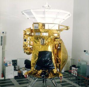 La sonde Cassini dans la salle d'assemblage du Jet Propulsion Laboratory (JPL)