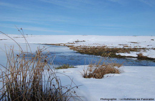 Le lac des Moines en hiver, paysage caractéristique des plateaux basaltiques de l'Aubrac