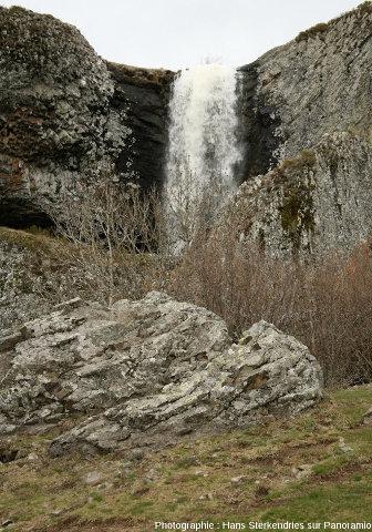La cascade de Déroc vue d'en bas, là où un ruisseau franchi la limite d'une ancienne coulée de basalte mise en relief par l'érosion