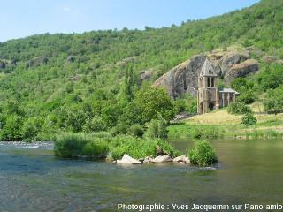 Église en basalte dominée par des falaises basaltiques en bordure de l'Allier