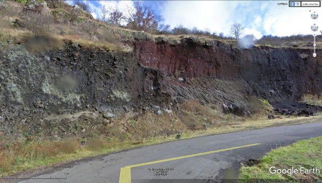 Bord de route de la côte de Saint Vidal, et ses prismes basaltiques