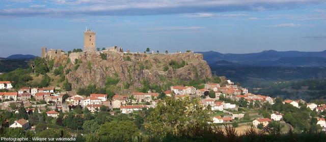 La forteresse de Polignac bâtie sur un rocher volcanique